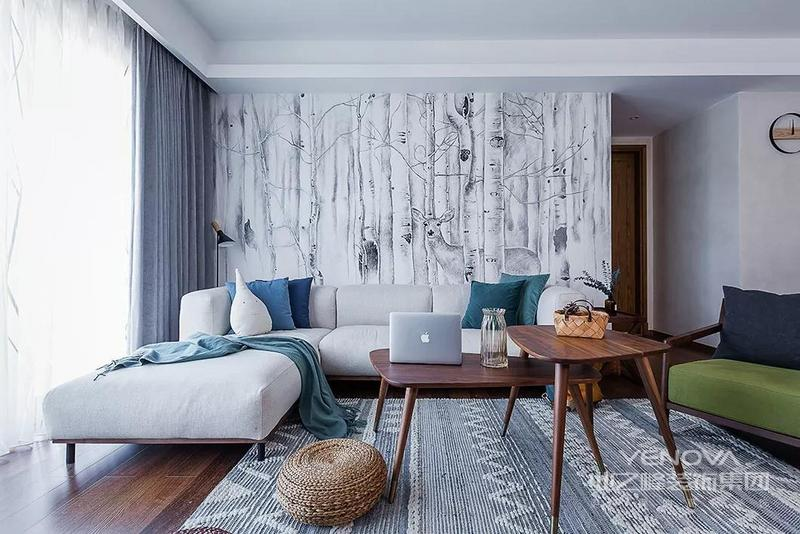 在色彩搭配上,设计师使用了清雅的蓝色系、优雅内敛的灰色,气质与黑胡桃木和谐相融。通铺黑胡桃木地板与家具色调一致,自然舒适。胡桃木自然的纹理,与深沉的色泽,有一种岁月的沉淀感。