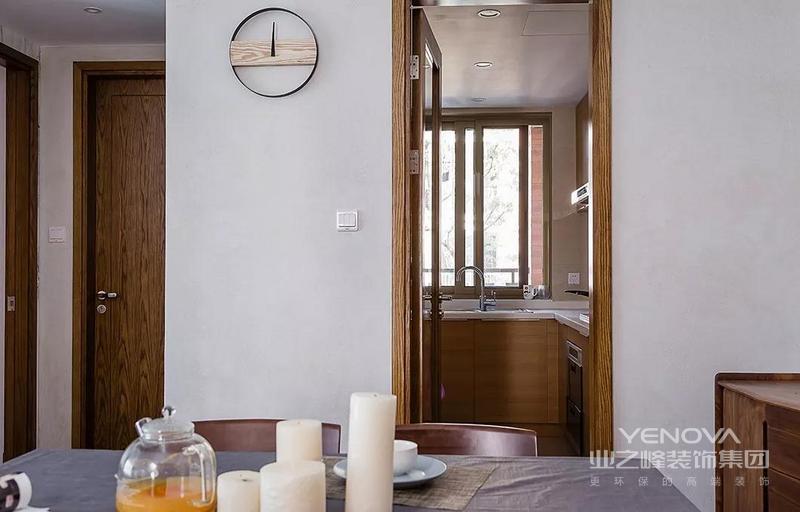 餐厅旁边有边柜,方便收纳。对面便是厨房,原木格调,自然温馨。