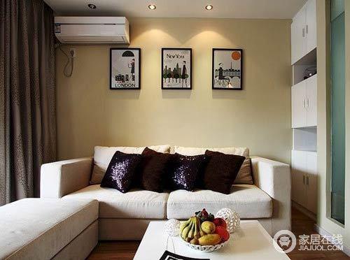 空间以米黄色漆粉刷空间,搭配驼色沙发和白色茶几,让生活足够舒适实用。