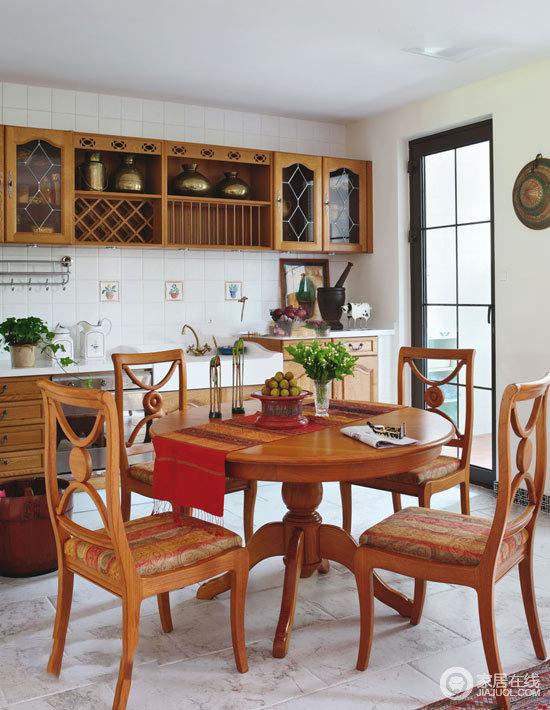 餐厅实木橱柜的复古设计让收纳也成为生活日常最实用的配置,让原本大白墙的墙面不显单调;而实木圆桌搭配餐椅,让用餐也变得自然而随性了不少,足够享受田园风带来的惬意。