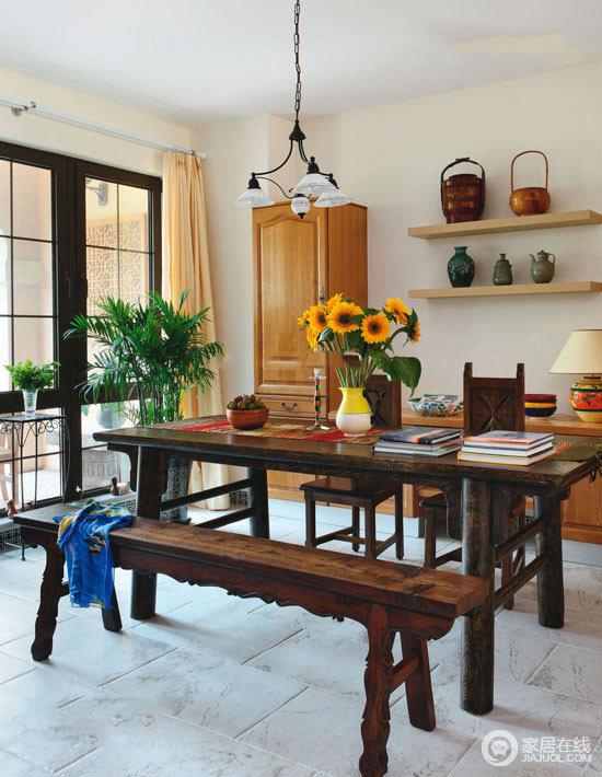 这个书房的设计因为格栅落地窗而多了现代气息,空间内的实木家具搭配收纳架上的瓶瓶罐罐,还原了部分原始生活的状态,更富朴素的格调;而实木长桌搭配长凳让空间多了收藏的味道,因为这些家具都颇有年代感,向日葵与绿植点缀,带来淡淡地清新。