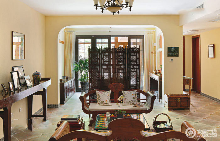 客厅微拱形的墙体结构增加了结构美学,同时,搭配仿旧感的地砖,让空间具有田园的和煦与暖调;而实木家具带着复古的奠定了空间的文化气息,与门厅出的实木复古屏风、边柜,延续空间的沉稳和轻华温馨。
