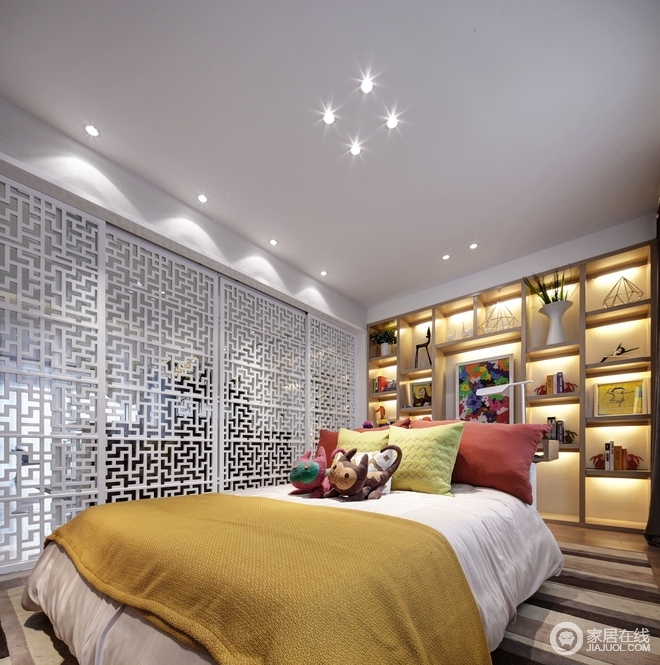 儿童房以白色为主,通过白色实木镂空屏风作为隔断墙巧妙地分割空间,给予空间呼吸感;实木书柜嵌入墙体,因为灯光的缘故,让整个几何墙面多了光影艺术和文艺气息;中性色的条纹地毯和彩色床品配件构成色彩组合,让空间稳重和活泼感。