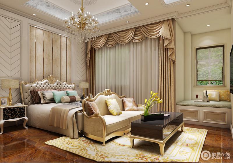 卧室矩形的吊顶经过石材勾边和灯带渲染多了原始感,水晶吊灯和驼色罗马帘因为造型的复古和华丽,让空间多了宫廷风;石膏背景墙的树枝纹样与金属框的几何设计凸显精致,欧式金属加皮包床头与金属沙发构成贵族风,而白色古典床头柜与黑色茶几组合出经典雍容,与黄色花卉地毯和小型飘窗构成小温馨。