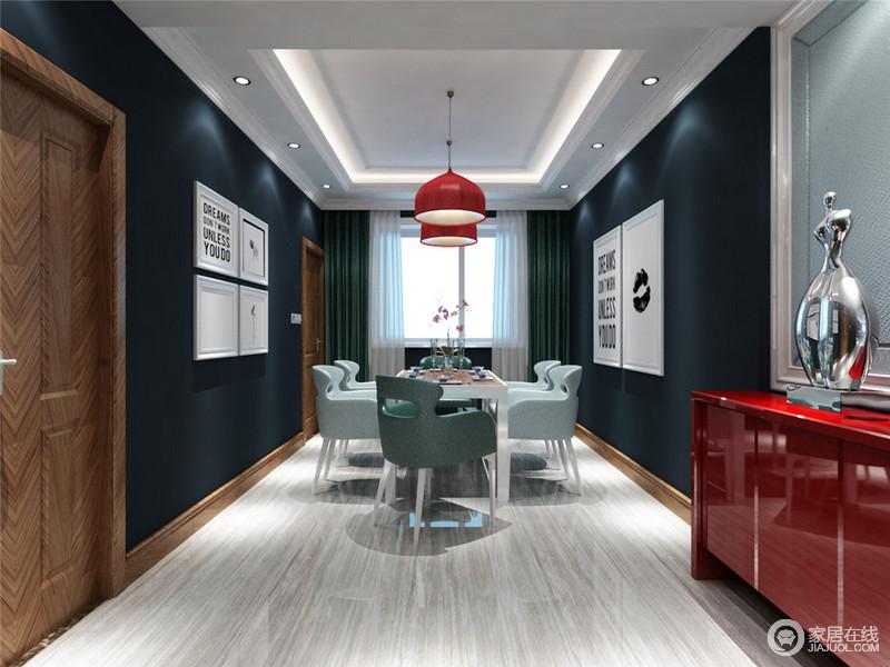 红配蓝不但运用在客厅,也表现在餐厅。在暗沉的深蓝色空间里,亮彩的红夺目耀眼。落在吊灯上,落在玄关柜上,丰富着空间。冰淇淋绿的餐椅搭配灰白地板,带来属于夏天的清爽感。