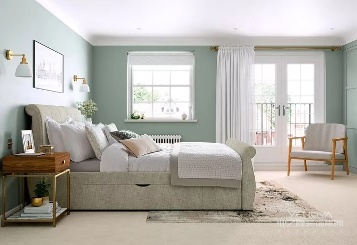 居室色彩主调为白色,家具为古典弯腿式,家具、门、窗漆成白色,擅用各种花饰、丰富的木线变化。