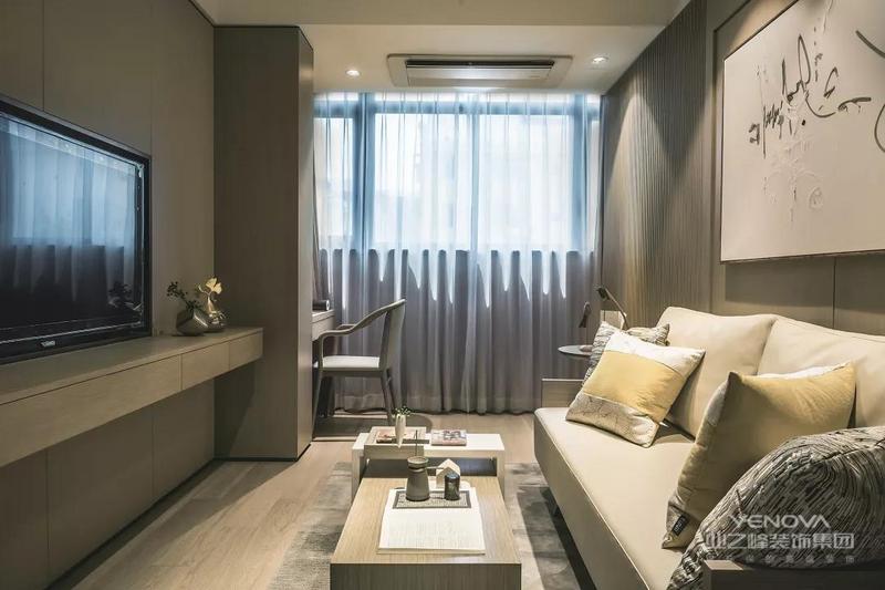 整个客厅的空间不大,所以设计师选择了把阳台也包进客厅内,电视柜做了悬空的款式,底部留出的空间还可以摆放一些收纳盒,增强收纳能力。