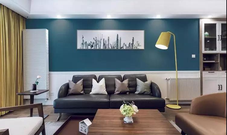 白色护墙结合一面深蓝色乳胶漆墙面,点缀装饰画与黄色落地灯,给人眼前一亮的清新感。