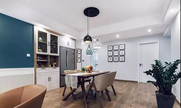 客厅,进口木地板的自然纹理由地面延伸至电视背景墙,铺垫了整个居家的温馨格调。