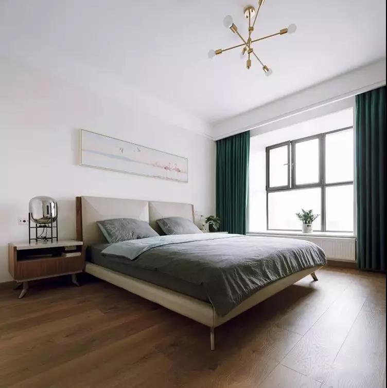 主卧,整体配色更为简洁素雅,皮质大床搭配分子吊灯,复古绿窗帘与火烈鸟挂画增添一丝INS风格。