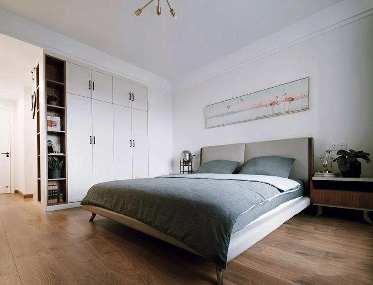 衣柜跟衣帽间的衣柜是背靠背的设计,同时在拐角处做一些装饰隔断,来填充整个素雅的主卧室空间。