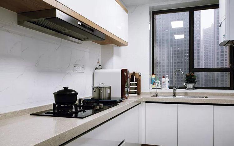 厨房,白色石纹瓷砖搭配白色橱柜门片,柜子的木色元素与整室的木色相呼应。