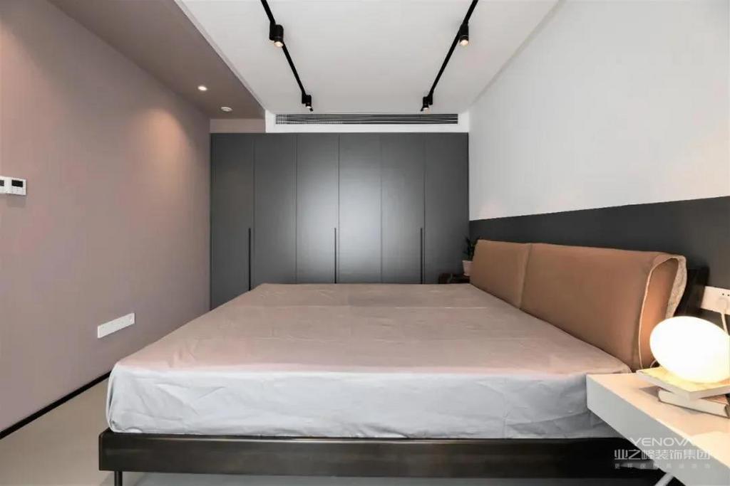 主卧采用两种不同色系的墙漆,视觉效果丰富。设计带有隐形拉手的深色衣柜,方便实用,还能提升质感。