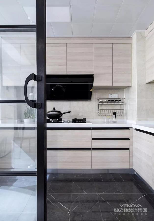 厨房,深色地砖搭配浅色墙砖,木纹橱柜门,整体简单但功能全面