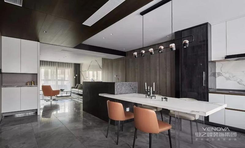 现代简约风格的餐厅结合豪华中岛吧台,石面餐桌搭配通透的桌脚配不同色的皮质餐椅,上方配现代元素造型吊灯,营造就餐氛围