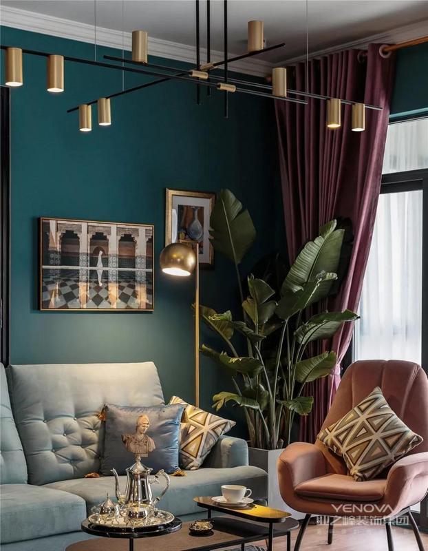 在整体风格上,也并没有完全固定统一,丝绒质地的沙发,北欧风绿植,金属复古的落地灯,精美的挂画构成了一个复古加轻奢的混搭客厅。