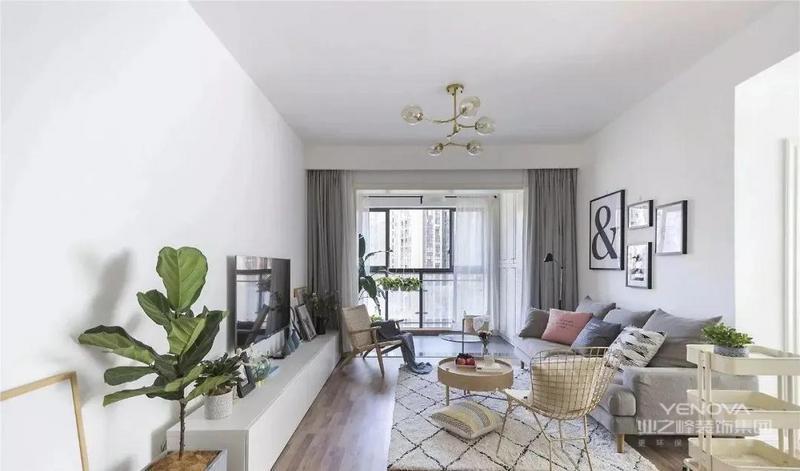 客厅整体以白色为基调 并通铺木地板 为了避免平淡 在色彩上加入了绿色灰色粉色 等来增加空间的层次感
