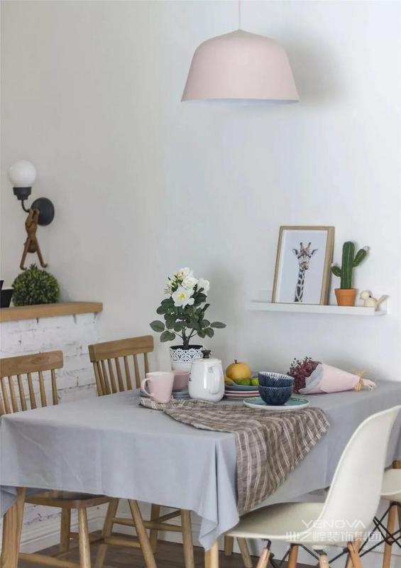 餐桌铺上灰色的桌布 精致的餐具和小盆栽雅致又清新 墙面则用置物架装饰 简简单单 却呈现出一个浪漫的就餐氛围