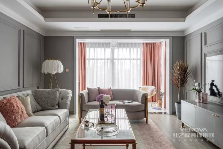 客厅的沙发背景墙和电视背景墙都选择了刷成灰色的,在墙面做了简单的石膏线装饰线条作为点缀,让客厅多出一些美式风的感觉