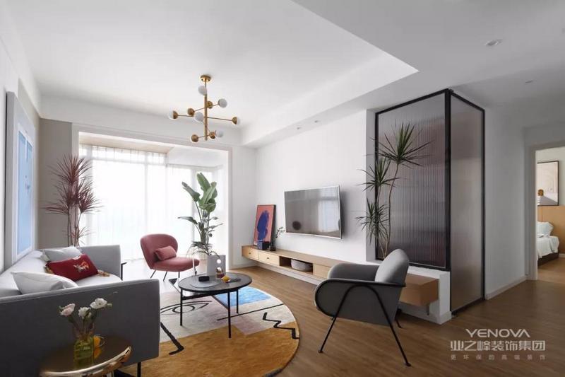 整个客厅以白色为主,通过浅灰蓝色的沙发、粉色的单椅等等各种亮色的软装、家具来营造出一种清新、文艺的感觉。