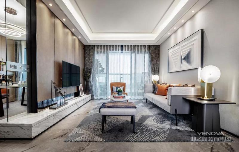 入户的玄关走廊处做了到顶的鞋柜,鞋柜的中间和底部都有留空的设计,方便日常使用。客厅的电视背景墙做成了硬包的设计,颜色和玄关鞋柜相互呼应。