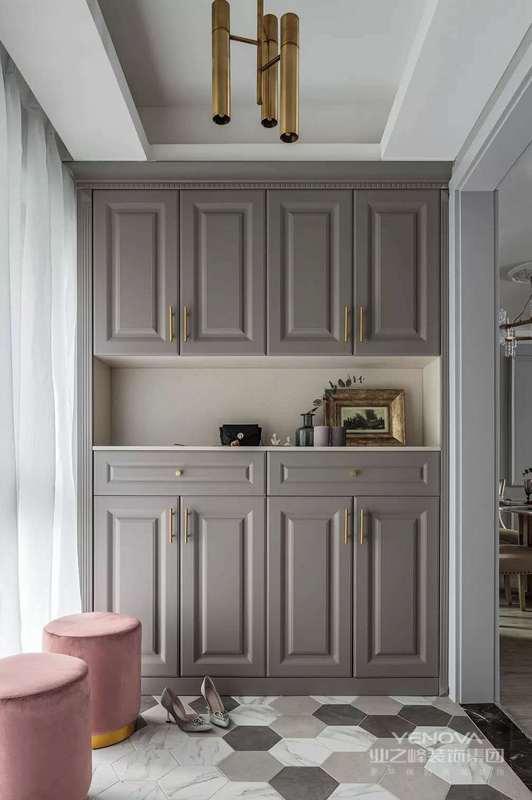 入户玄关是个门厅空间,设计师在地面铺贴了文艺的六边砖,粉色和金属结合的换鞋凳,在灰色鞋柜的衬托下,显得优雅而又精致。
