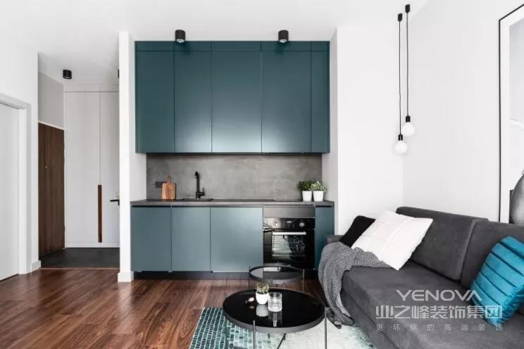 清爽小宅,在北欧色系中加入重色,主色调依然使用浅灰和木质营造温暖感觉,厨房橱柜、餐桌、玄关墙面则使用森林绿,搭配黑色的吊灯及餐椅,适度深色让空间更沈稳。设计师特意从玄关、走道到厨房规划多功能三面向收纳柜,可以摆放多种不同物品,提供更符合需求的使用。