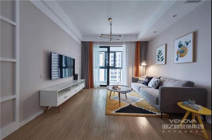 客厅整体色调粉咖为基调,配上橙色+灰色的撞色窗帘,再点缀一些金属质感灯具,使空间温馨活泼。