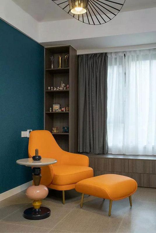 多功能房利用两种跳跃的色彩碰撞,给予空间主人耳目一新的感觉。围绕窗户定制U型收纳柜,满足对空间储物的需求,让居室更加整洁干净。
