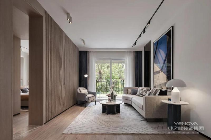 电视背景墙将木饰面用不同的形式进行整面的墙体装饰,让背景墙、门套、墙面三者在空间中形成统一,肌理细腻的沙发背景墙与质朴的木饰面相辅相成,使整个空间沉稳大气。