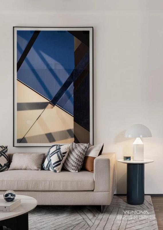 肌理细腻的沙发背景墙与质朴的木饰面相辅相成,使整个空间沉稳大气。
