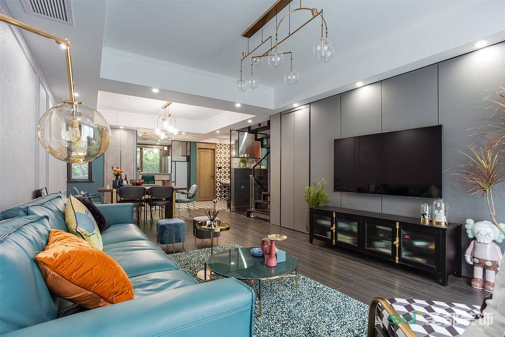 整体配色干净舒朗,雾霾蓝皮质沙发与藏青色落地窗帘交相呼应,颇具质感。森绿花色地毯和适当金属元素的家具相融合,使空间散发出静谧与优雅的气息。