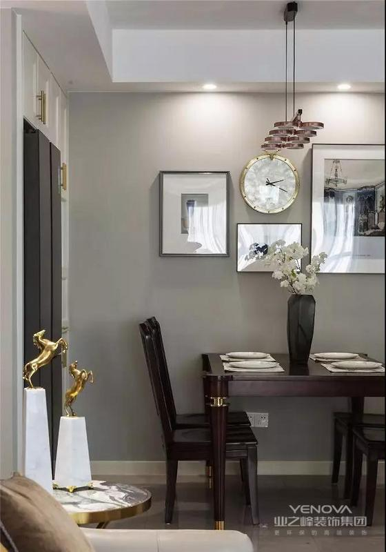 几幅挂画随意组合搭配,让餐厅不再单调,细节处的金属点缀也与客厅相呼应。