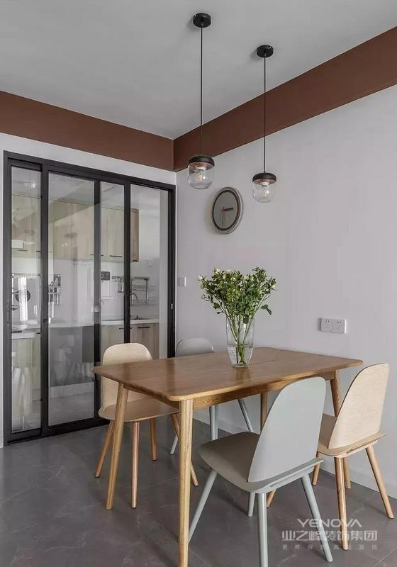 餐厅留白的墙体搭配木质餐桌椅 辅以零星灯光 营造温馨放松的用餐氛围