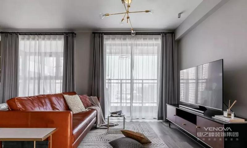 两个小阳台为客厅与开放式书房带来充沛的光线,营造敞亮明净的空间氛围。三人位沙发足以满足屋主生活所需,让小空间拥有充足的活动空间。