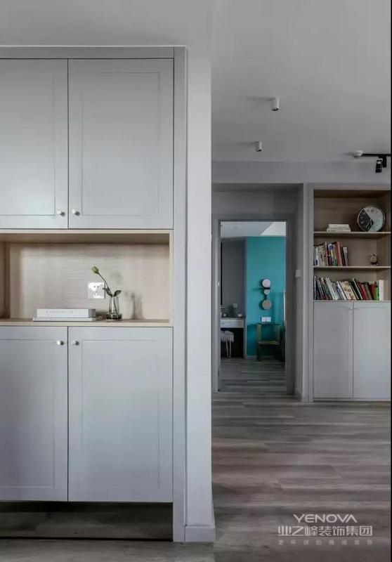 空间格局的改造,让玄关拥有了一整面墙的鞋柜。鞋柜中部与底部留空,方便取放零散物品以及日常更换鞋子。