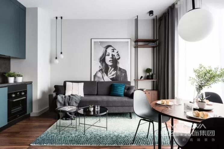 客厅空间,低饱和度的空间色调,简洁大方的硬装基础,给人以一种轻松自然的惬意感。