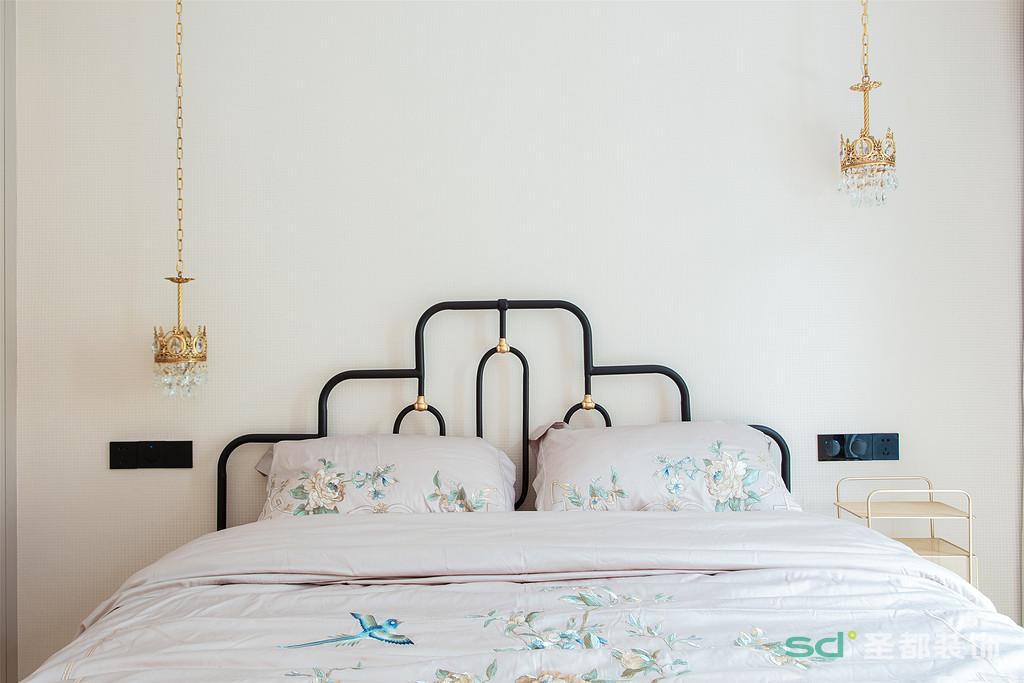 次卧设计得颇为考究,精致的皇冠灯为空间添了几分优雅与轻奢。