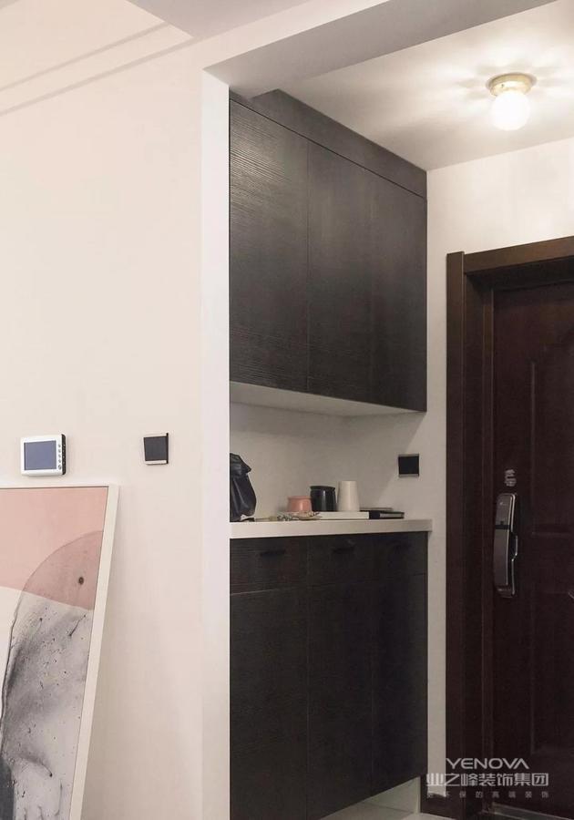 原本户型入户门位置墙体较厚,鞋柜位置小,削薄墙体厚度,增加鞋柜宽度,定制比例更加协调的三扇门,视觉上整齐美感