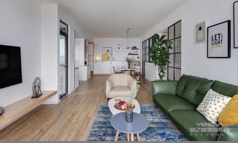 客厅——原户型格局方正,是传统的3房2厅2卫结构,客厅朝向西北没有阳台。原木地板,大白墙加上墨绿色沙发,简洁雅致的北欧风就出来了。