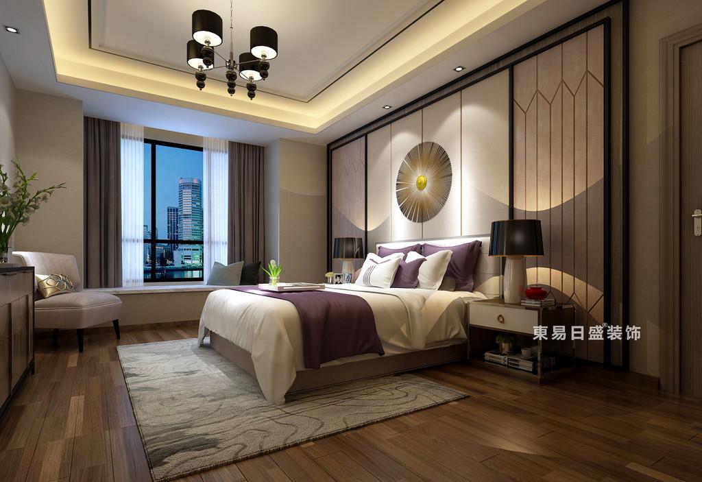 臥室在硬裝處理上,運用灰色調和細膩光影布局,賦予空間生動的表情,玻璃與黑色不銹鋼線條的硬朗與原木布藝的溫和形成鮮明對比,再搭配極具藝術感的飾品,讓人從中感受到主人不俗的生活品味和人文氣息。