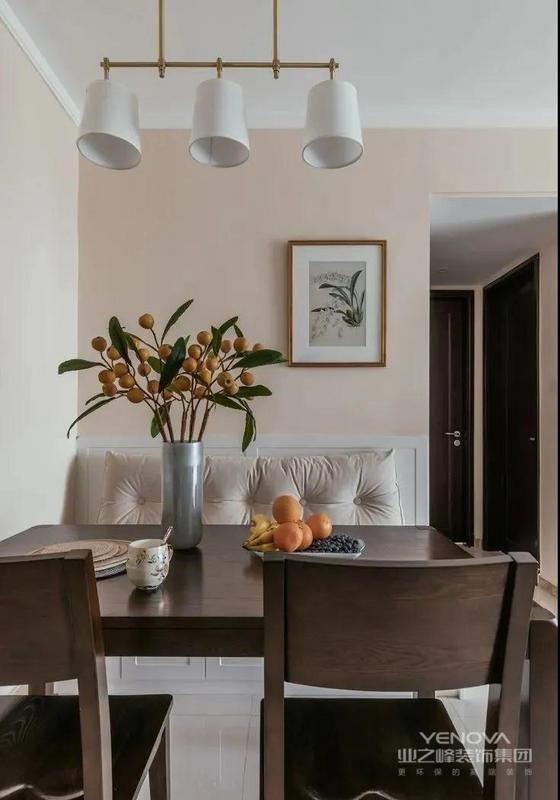 餐厅,选择固定卡座,与灵活餐椅结合的方式,有效节省了空间,提升了实用性。卡座上还设有软包靠背,很是舒服。这些植物装饰,清新淡雅。