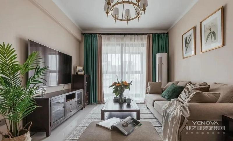 客厅背景墙,以奶茶色为主,散发着浪漫、温馨、复古的气息,用挂画、绿植、花艺等装饰,清新唯美。绿色窗帘的点缀,让空间更具生机。