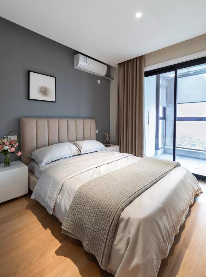 次卧灰色背景墙挂上黑白配的小方幅画,舒适优雅的布艺靠背床、干净简洁的床铺,也为主人提供了一个舒适轻松的睡眠空间。