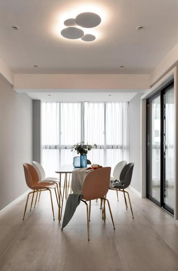 餐厅天花上装了一组独特的圆形组合吸顶灯,在优雅的外观设计下,还使得空间更加温馨有层次感。