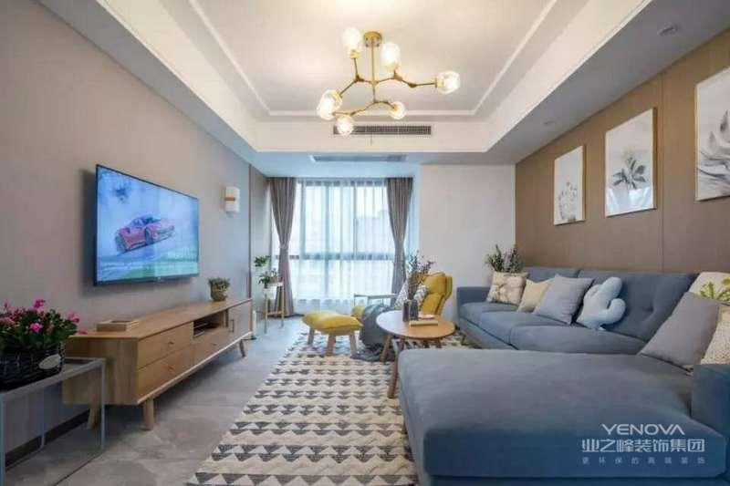 客厅空间以暖色调为主,木色的茶几、电视柜、背景墙,灰色的布艺沙发,打造出优雅的空间感。