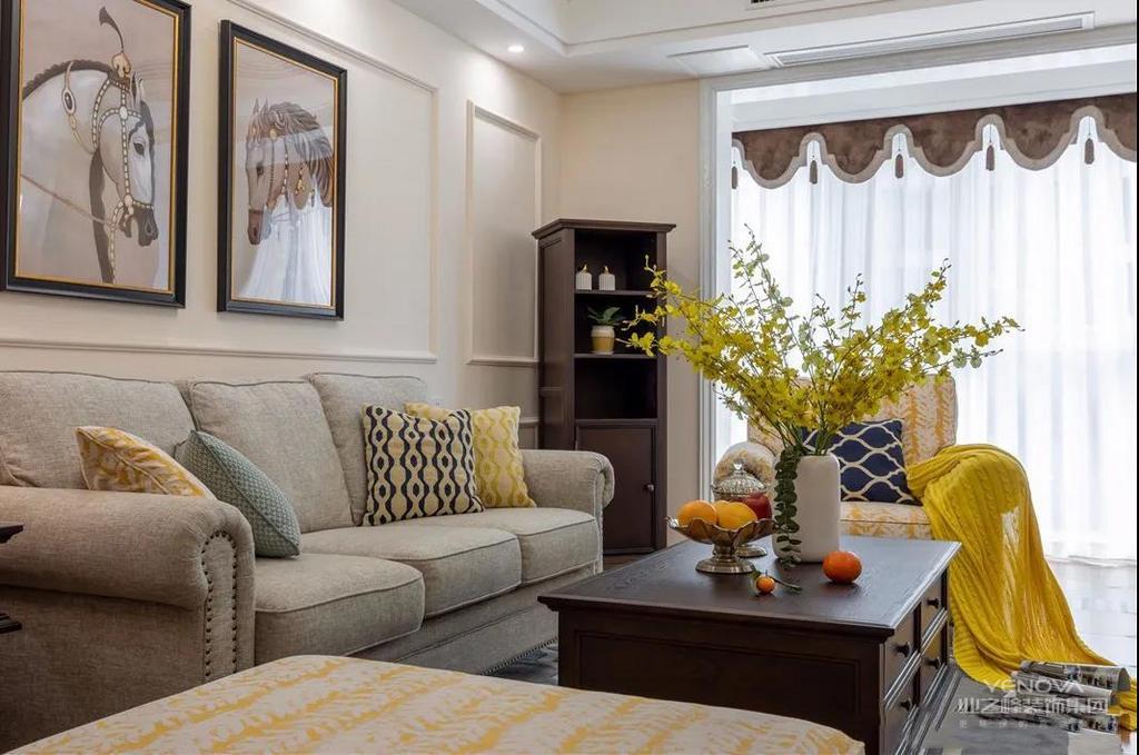 客厅墙面采用石膏线搭配装饰画的设计,简约而不简单,仿古瓷砖的地板让空间变得温馨而高档
