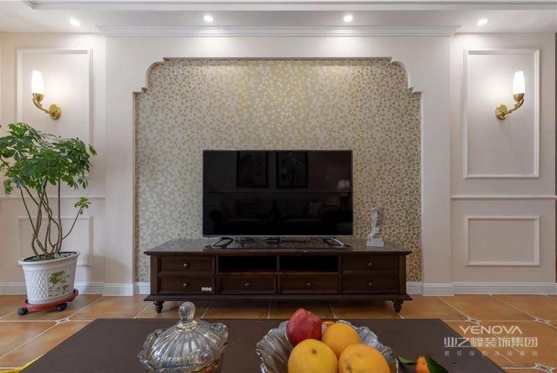 电视背景墙采用3D壁纸有一种凹凸感,搭配两边的石膏线装饰,立体而高级