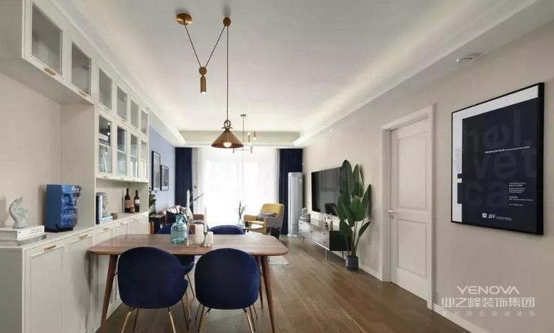 就餐区延续蓝色调,黄铜元素+木质+丝绒结合,不仅兼具实用功能,更通过色彩与材质的运用,让空间变得有趣且时尚
