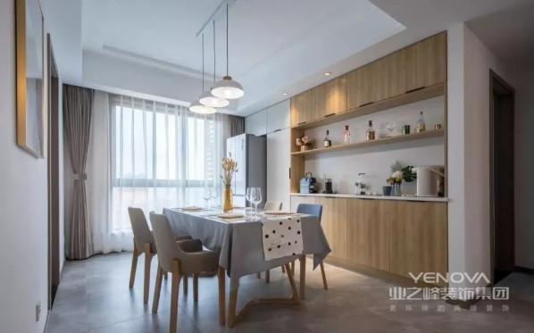 餐厅的木质餐边柜,搭配一套简约时尚的餐桌椅,加上三盏精致文艺的吊灯,烘托出一个浪漫雅致的就餐氛围。